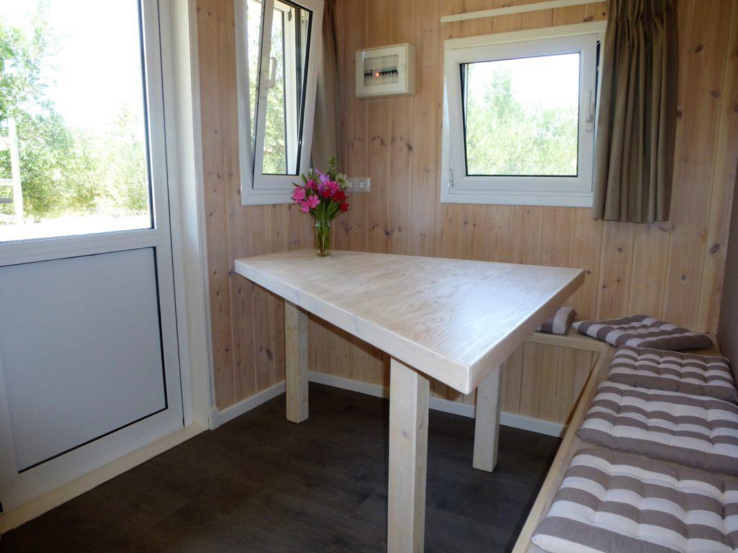 hoek-zitbank met tafel